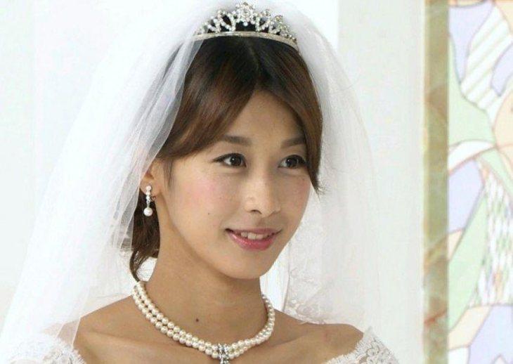 ウエディングドレスを着た加藤綾子