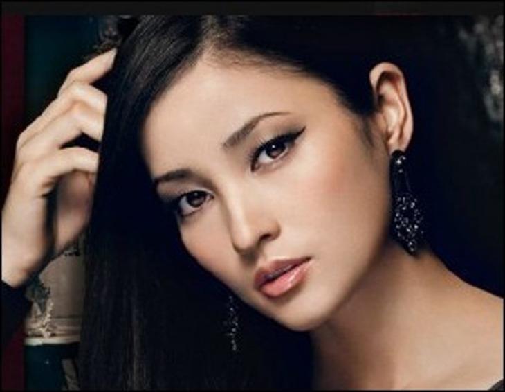 ドラマ、映画、モデル、歌手として活躍を見せる黒木メイサは、1988年5月28日、日本人の母親とでブラジル系アメリカ人の父親との間に誕生した。
