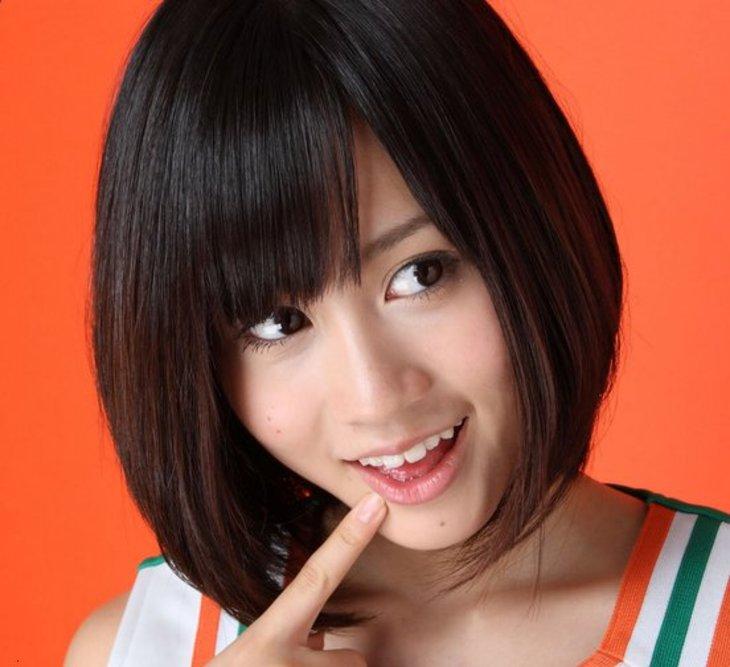 唇に人差し指の前田敦子